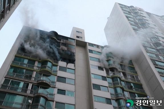 (경인일보) 군포 산본동 아파트 인테리어 공사중 '폭발' 화재…11명 사상